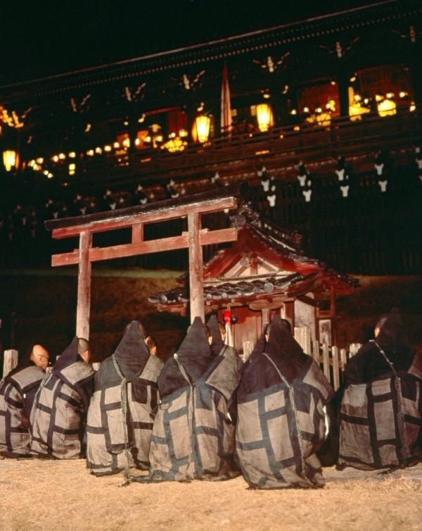 お水取りの期間中、練行衆は二月堂周辺の神社にもお参りする。神も仏も崇拝する日本的信仰といえる。