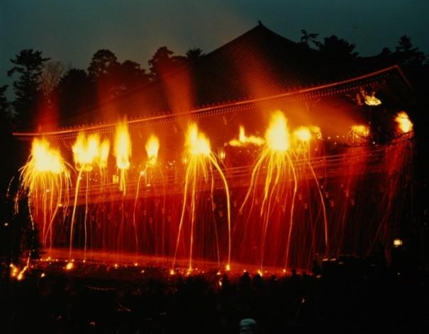 勢揃いした大松明。舞台は火の海となり迫力満点。