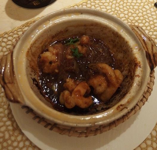 「テーブル8」では土鍋料理がおすすめ。目の前で調理してくれます。