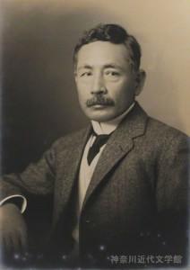 夏目漱石(1867~1916)江戸生まれ。帝国大学文科大学(現・東京大学)英文科卒。英国留学、東京帝大講師を経て、朝日新聞の専属作家に。数々の名作を紡ぐ傍ら、多くの門弟を育てた。代表作『吾輩は猫である』『坊っちやん』『三四郎』『門』『こころ』など。家庭では鏡子夫人との間に7人の子を儲けた。写真/県立神奈川近代文学館所蔵