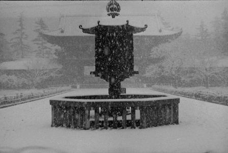 雪の東大寺大仏殿八角燈籠。最近は暖冬傾向にあるが、昔は「お水取り」の期間中にも雪が降ったという。