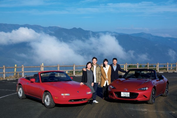 それから20年後の今年、同じ場所で記念撮影。その間に松村家には長女の春花さんが誕生し、ロードスターも4代目(右)へと進化した。