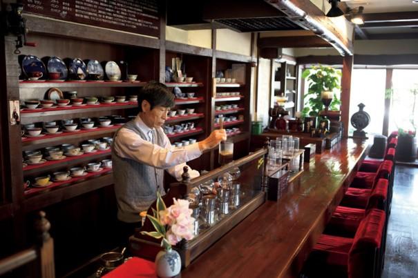 """""""妻の倫子さんが独身時代からロードスターでコーヒーを飲みに来ている喫茶店『珈琲屋めろでぃー』。店主の田島さんは『サライ』を創刊から購入し店に置いている。<p"""