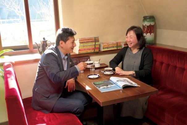 旨いコーヒーと『サライ』を求めて『珈琲屋 めろでぃー』に通う松村さん夫妻。『サライ』を参考に旅の計画を立てることが多い。