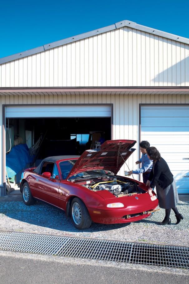 松村家のガレージにて。初代ロードスターのメンテナンスは専(もっぱ)ら夫の一亀さんの役目。近日、車検に出す予定という。