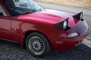 初代の特徴のひとつであるポップアップ式ヘッドライトと、購入時に装着されていた「BBS」製の上質なホイール。