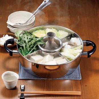 湯豆腐やおでんに適した、しきり付きのステンレス鍋。中央の「中子」にはおでんの味噌だれを入れられ、酒の燗もつけられる。