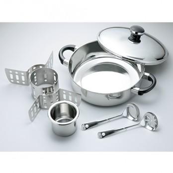 職人によって美しく磨き上げられたステンレス鍋に、中子、4分割仕切り、お玉、穴あきお玉が各1個付属。