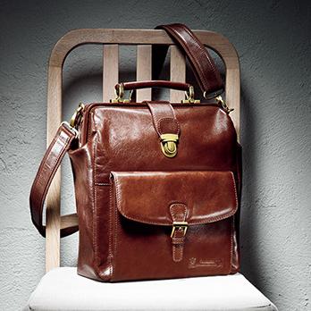 高品質の水牛革が美しい光沢を放つ。前面ポケットと背面オープンポケットはマグネットで開閉。