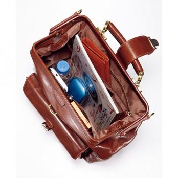 バッグを開けば中身が一目瞭然。広々とした主室にはファスナーポケットと小物整理に便利なオープンポケットを装備。収納力は抜群だ。
