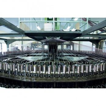 「三軸組織」は京都に2台しかないとされる大型の環状織機で作られる。伝統的な京組紐の技術を応用して立体的に織り上げた。