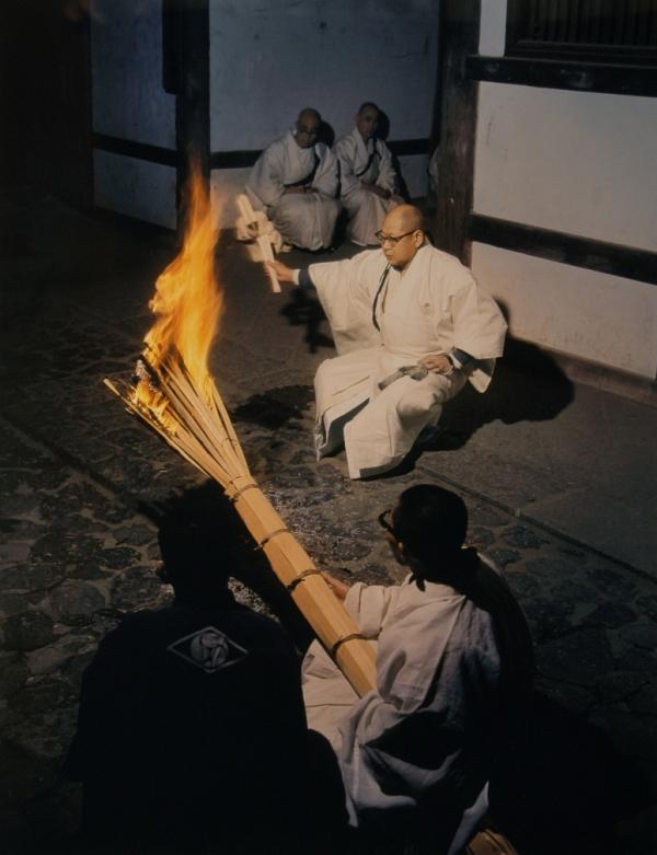 2月末日に行なわれる「大中臣祓(おおなかとみのはらえ)」。奥が咒師、手前が咒師松明を持つ小綱。