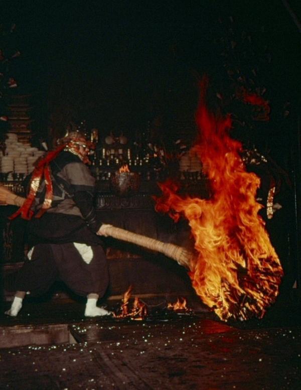 達陀(だったん)の行で松明を振り回す火天(かてん)。狭い堂内が火事になるかと思うくらいの火の勢いである。