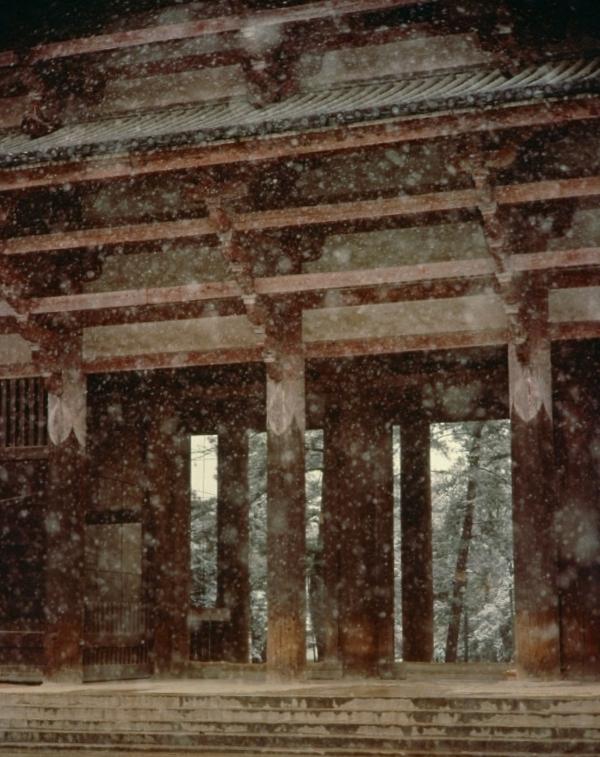 雪の東大寺南大門。鎌倉時代に再建された国宝建築。入江泰吉の代表作の1枚。