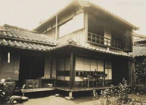 熊本で漱石自身の借りたものとしては3番目の借家となった熊本・井川淵の家。写真/神奈川近代文学館蔵。