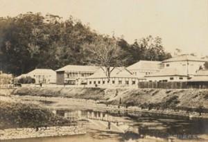 漱石が教師をつとめた愛媛県尋常中学校。在任期間は1年間だけだった。写真/県立神奈川近代文学館所蔵
