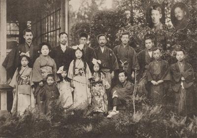 肝臓会(森成麟造送別会)の記念写真。後列左から2人目が森成医師、ひとりおいて漱石。写真/県立神奈川近代文学館所蔵
