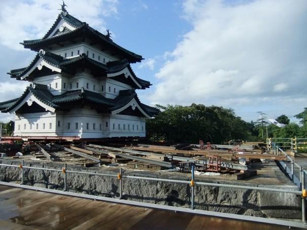 弘前城天守閣(70m移動した昨年の曳屋中の写真)。