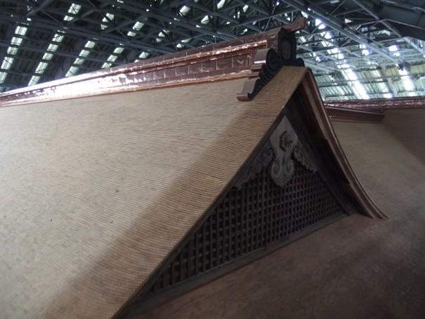 新しく杮板を葺いた屋根。