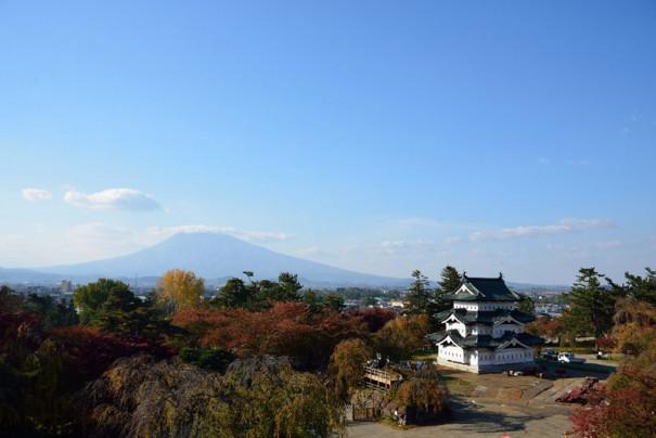 岩木山を望む地に移動した弘前城天守閣。