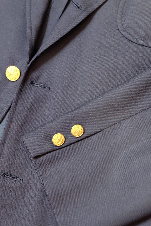 ブレザーの袖ボタン。通常はメタルボタンを、間を開けて2個つける。