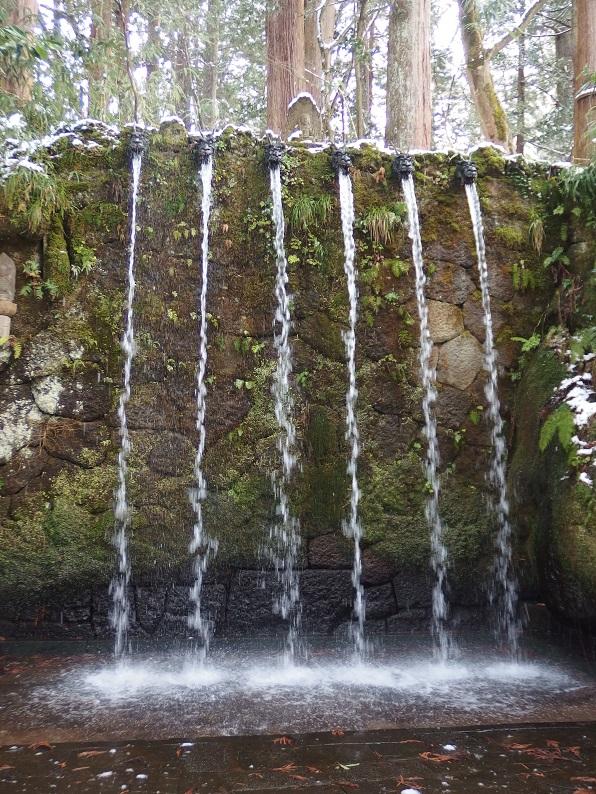 龍の口から清水が流れる六本滝。
