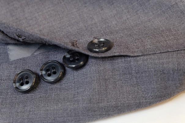 イタリア式の袖口。4個のボタンのうち3個が外せるようになっている。