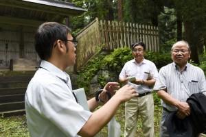 安部龍太郎、藤田達生両氏に解説する弘前市文化財課の小石川透さん。