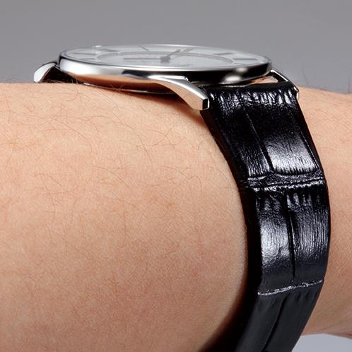 腕に吸い付くような極薄型。軽い着け心地で、袖にも引っかかりにくい。電池交換は最寄りの時計店などで可能。