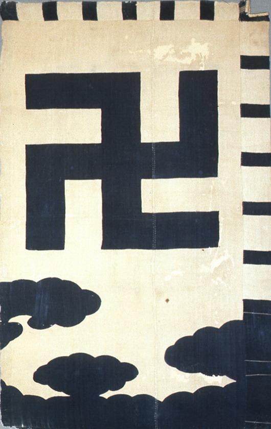 津軽家の卍の旗指物(高照神社蔵)。関ヶ原合戦の際に実際に使用されたという伝承を持つ。