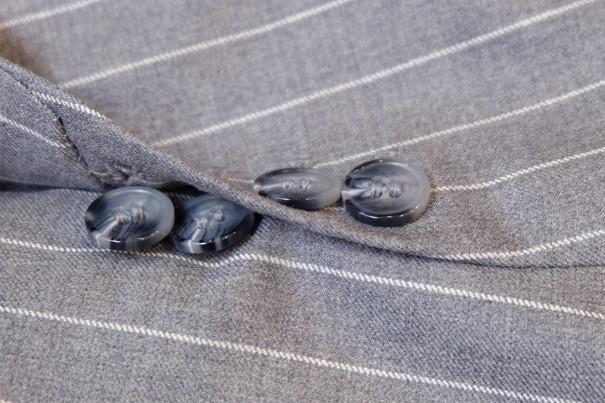 英国式の袖口。4個のボタンのうち2個が外せるようになっている。
