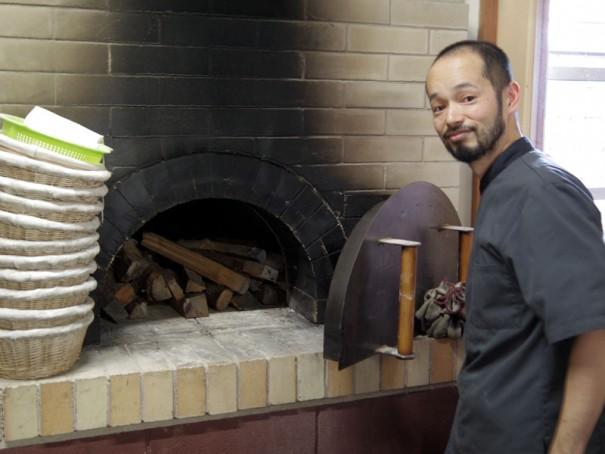 パン焼き窯と稲木シェフ。
