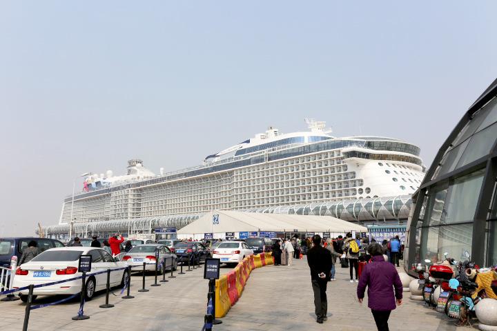 上海宝山国際クルーズターミナルに停泊中のクァンタム・オブ・ザ・シーズ。巨大すぎて全景を写真に収めることはかなり難しい。