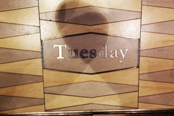 日常から離れて過ごすクルーズの旅は時に曜日を忘れてしまう。「今日は何曜日?」と思ったら、エレベーターの足下を確認。エレベーターの床にはその日の曜日を刻んだプレートが置かれている。