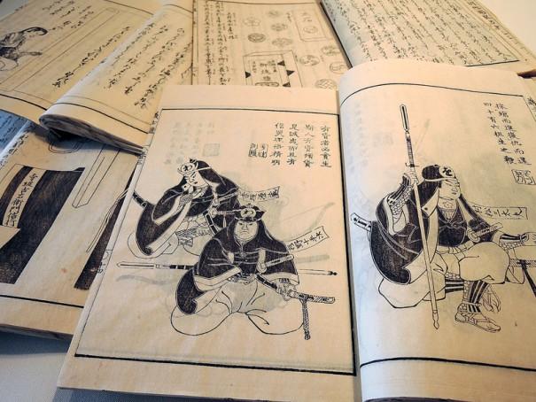 『赤城落穂集』の中には図版も豊富に収められている。手前右、秋の巻には討ち入り装束の「赤垣源蔵」の姿も描かれる(右から3人目)。