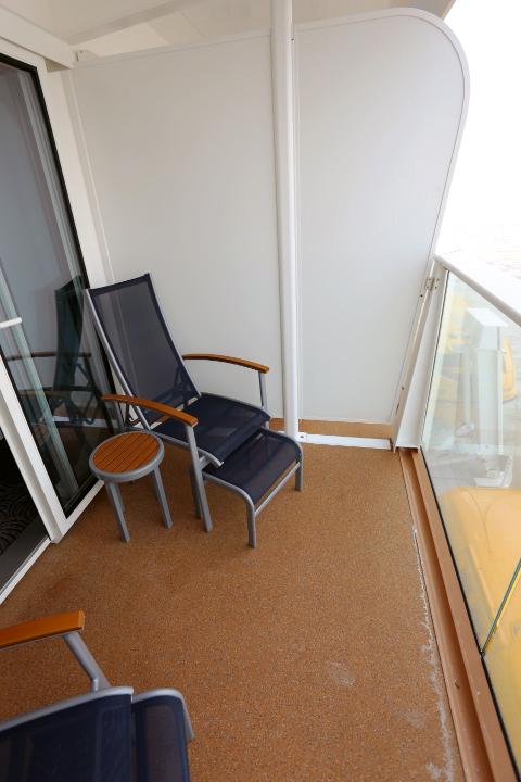 バルコニーはチェアとテーブル。ルームサービスを取ることも可能で、バルコニーでコーヒーを飲み、大海原を眺めながら過ごすのも気持ちがいい。ちなみに、ルームサービスは無料だ。