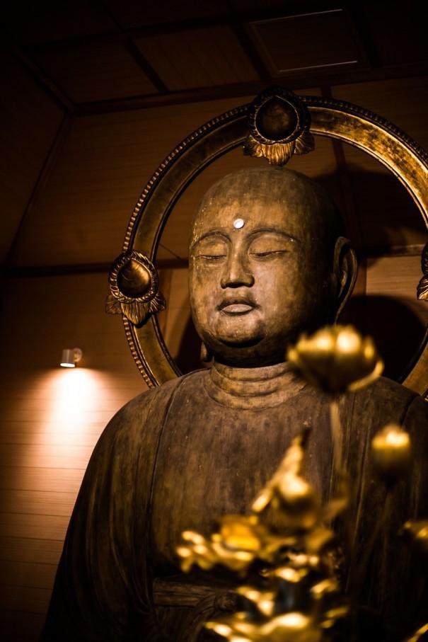 善願寺の地蔵菩薩坐像。重文。通称「腹帯地蔵さん」。像の表面に茶色の紙が隙間なく貼られているところから「張子の黒地蔵さん」とも呼ばれていた。(『(善願寺)重要文化財 地蔵菩薩坐像』写真提供=京都古文化保存協会)