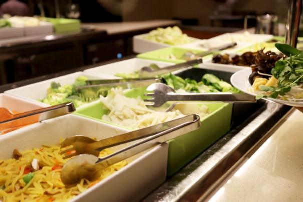 鍋料理は自分の好みに合わせて食材を盛る。野菜が豊富だ。