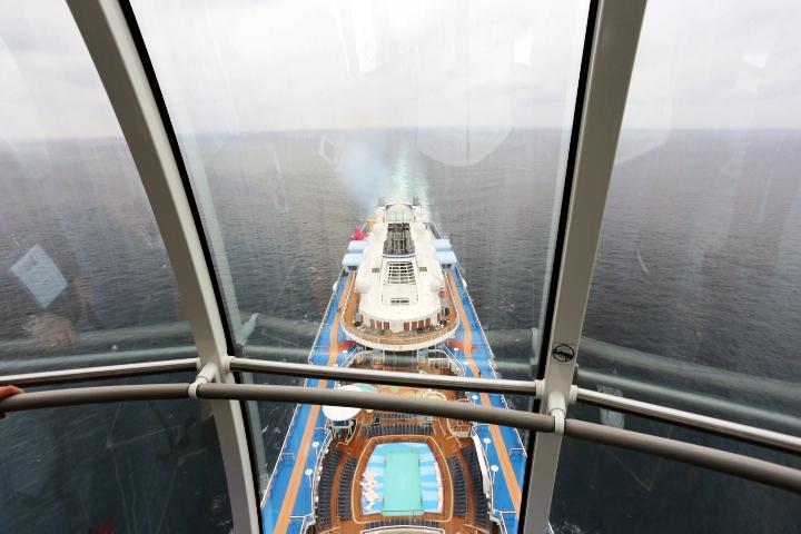大型客船を真上から見る機会はなかなかない、貴重な体験。