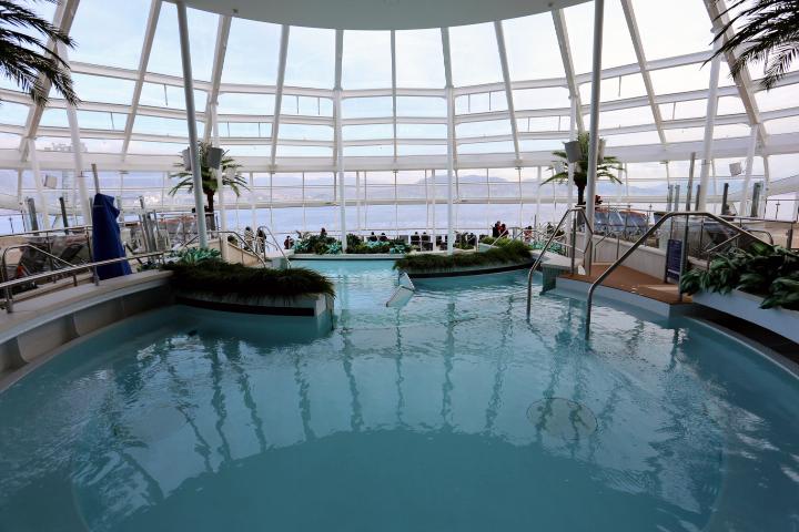 プールやジャグジーがアッパーデッキに。写真はデッキ13、船首にある屋内のプールとジャグジー(ソラリウム)。こちらは大人専用のスペースになる。
