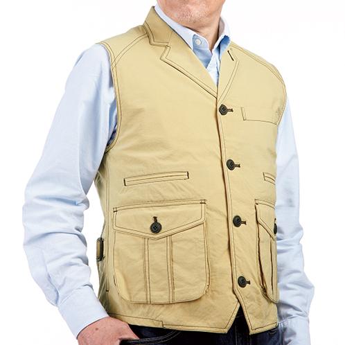 サハラ ポケットが多く、細かなものが分類できる。襟を立ててボタン留めをすれば、防風機能が向上する。
