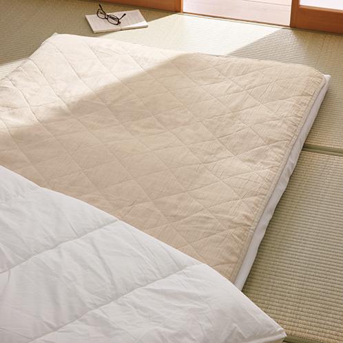 鎌倉時代より麻布が織られている、滋賀県の湖東地域で製造。特殊改良した中綿を使い洗濯機で手軽に洗える。