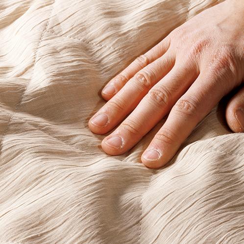横糸によりをかけて織った生地を仕上げ過程で揉み込むことで、独特のシボが出る。蒸し暑い夜に、さらりとした肌触りが心地よい。