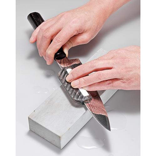ステンレス刃の庖丁も丹念に研ぐことで切れ味が復活する。「庖丁研ぎホルダー」があると、砥石で研ぐ際に角度を合わせやすい。