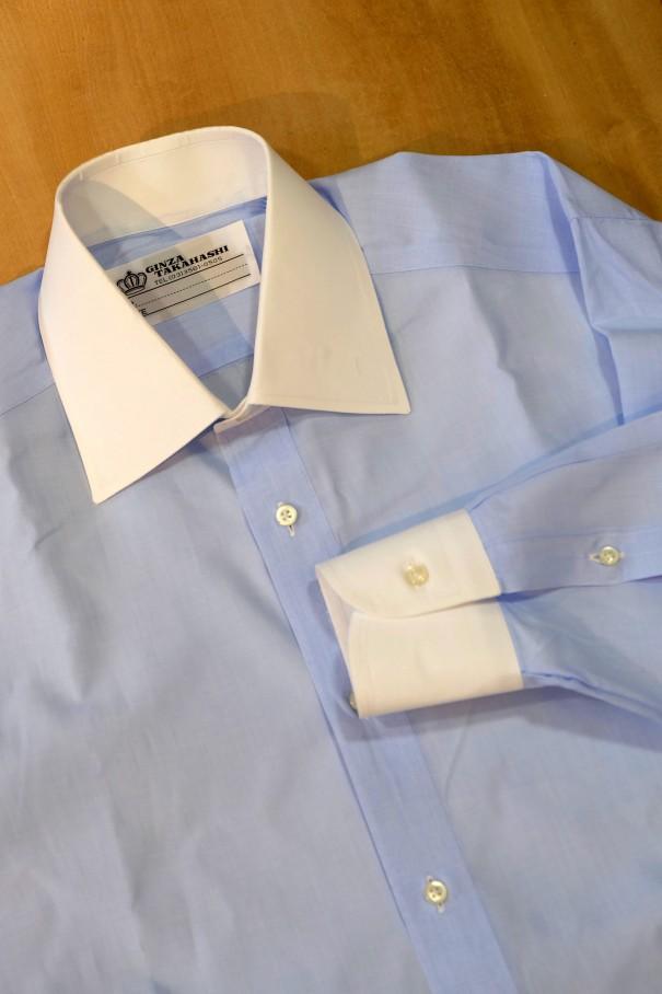 身頃が青、襟と袖口が白のクレリックシャツ。