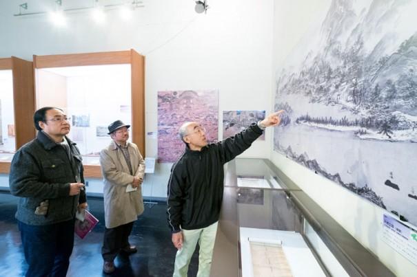 京都府立丹後郷土資料館で「天橋立図(模写)」の前で解説を聞く。
