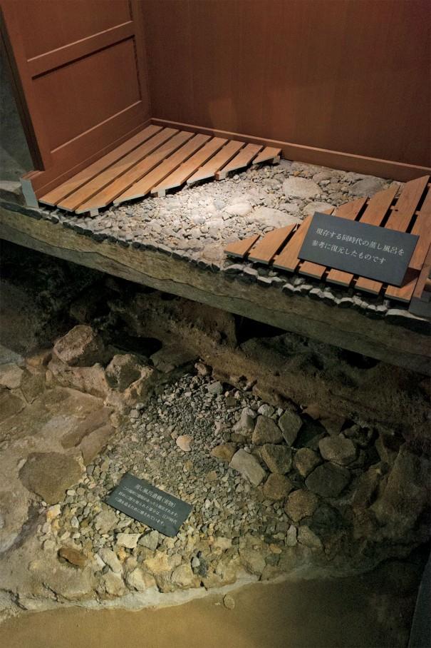有馬温泉の「太閤湯殿館」には秀吉の湯殿遺跡が再現されている。高温の有馬の湯は蒸し風呂と沐浴