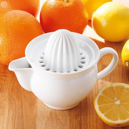 半切りにしたレモンなどをあてがう「山」は高く、シャープな溝が付けられて、最後の一滴まで楽に絞り切ることができる。