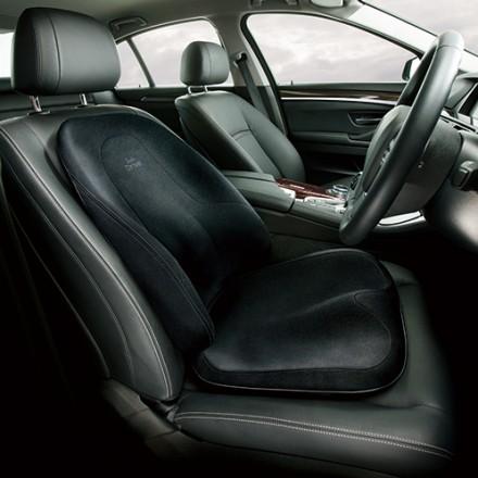 座面部分はストッパーをシートの後ろのすき間に入れ、背もたれはヘッドレストにベルトで固定。