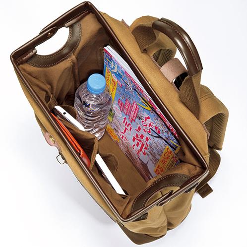ガマグチのように大きく開く開口部。主室内には、小分けポケットを大小3つ装備。表側の面にもポケットがある。